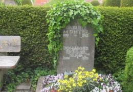 Münter Grab mit Münterhaus im Hintergrund